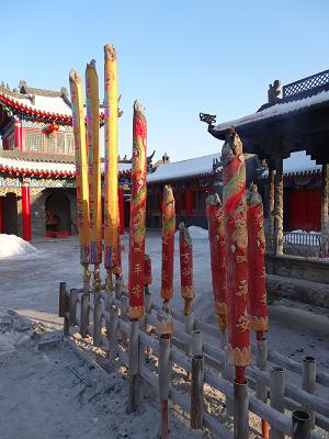 Räucherstäbchen im Kloster beim Dongling Park.Was hat man angestellt, wenn solche Geräte geopfert werden müssen...