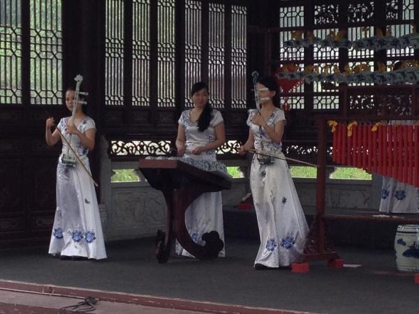 Jingdezheng - Mädchengruppe spielt Klassik-Hits auf Porzellan-Instrumenten